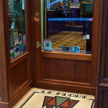 """Pas-de-Porte Boutique du """"CAFÉ FLORE"""" à Paris, Pavement de sol en mosaïque de grès céram, motif éventails, Thierry Hochard, mosaïste"""
