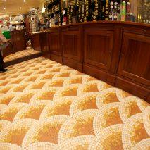 """Boutique du """"CAFÉ FLORE"""" à Paris, Pavement de sol en mosaïque de grès céram, motif éventails, Thierry Hochard, mosaïstes"""